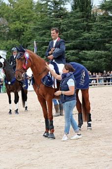 Cédric Lyard et Qatar du Puech Rouget, troisièmes du CCI****, accompagnés de Marion la fidèle groom du cavalier.
